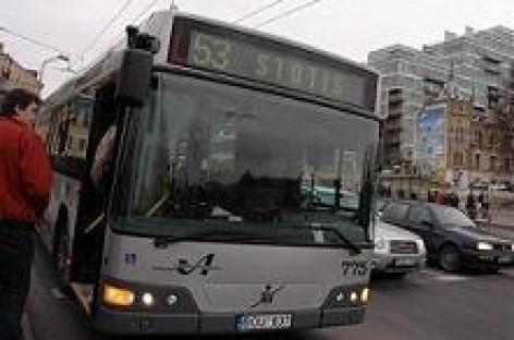 Sostinėje atšaukiama įlipimo į viešąjį transportą pro priekines duris tvarka