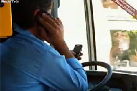 Vairavo autobusą… be rankų