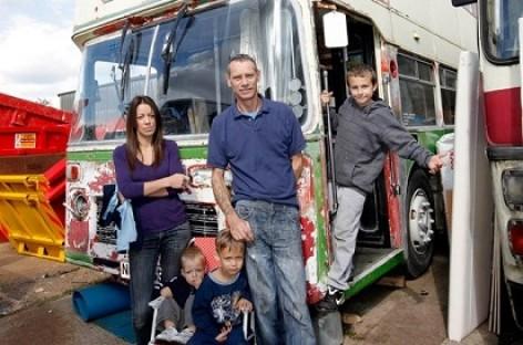 Britų šeima nusprendė apsigyventi autobuse