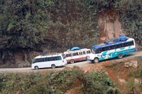 Autobusas nusirito į bedugnę nuo pavojingiausio pasaulyje kelio