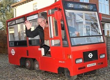 Pensininkas iš Didžiosios Britanijos pasigamino važiuojantį autobuso modelį