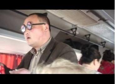 Kinas autobuse pardavinėja akinius