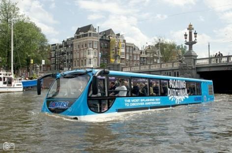 Į Amsterdamo gatves išvažiavo plaukiojantis autobusas