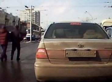 Užsižiopsojęs pėsčiasis atsitrenkia į autobusą (video)