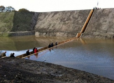 Tiltas, praskiriantis vandenis