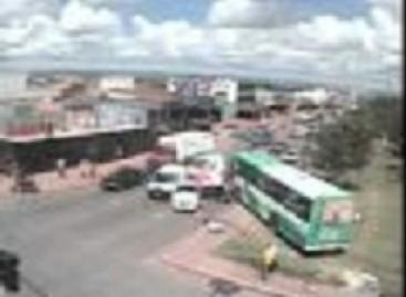 Išprotėjęs autobusas daužo automobilius (video)