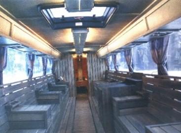 Turistams Suomijoje siūloma pasivažinėti autobusu su sauna ir karaokė