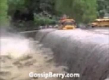Autobusu – per potvynio apsemtą tiltą (video)