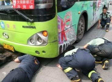 Norėdamas išvengti baudos, vairuotojas pasislėpė po autobusu