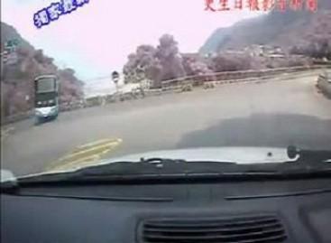 Po nesuprantamo vairuotojo manevro autobusas nusirito į prarają (video)