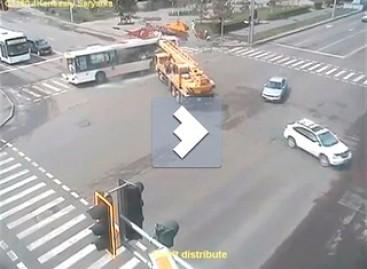 Sunkiasvoris autokranas atsitrenkia į autobusą (video)