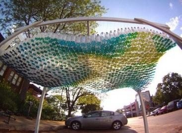 Uždanga automobilių aikštelei – iš plastikinių butelių