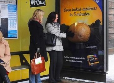 Šildanti reklama autobusų stotelėje