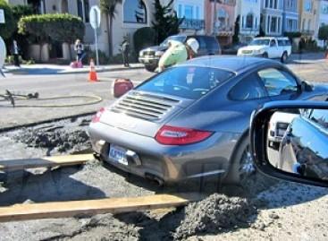 """Kas nutinka, kai """"Porsche 911"""" nepaiso kelio remonto ženklų?"""