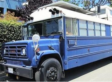 Amerikiečiai apsigyveno mokykliniame autobuse (video)