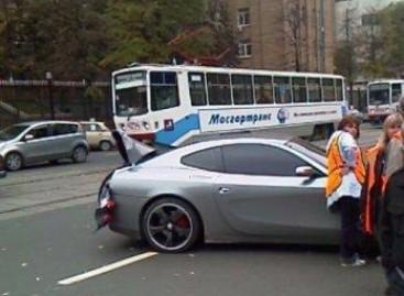 "Tramvajus prieš ""Ferrari"". Kas ką?"
