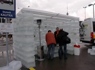 """""""Adventuro"""" lankytojus pasitiko autobusai ir stotelė iš ledo"""
