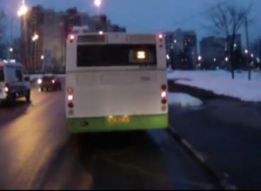 Autobuso vairuotojas baudžia kelių chuliganus (video)