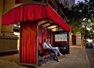 Kinoteatras – autobusų stotelėje