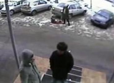 Nerūpestinga mama paliko rogutes su vaiku po automobilio ratais (video)