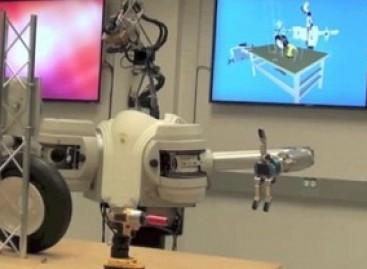 JAV pristatytas robotas, mokantis keisti ratus (video)
