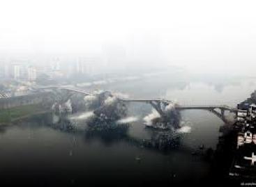 Sulėtinti vaizdai – tilto sprogdinimas