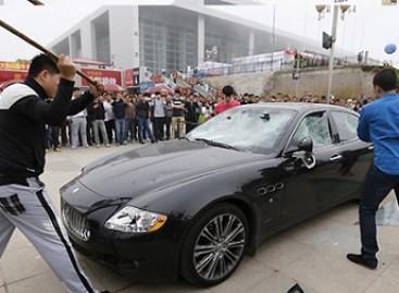 """Nepatenkintas serviso paslaugų kokybe, kinietis viešai sudaužė """"Maserati"""" (video)"""