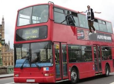 Britų iliuzionistas skrido greta autobuso (video)
