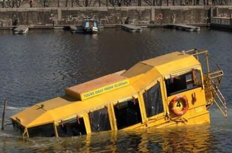 Liverpulyje nuskendo turistinis autobusas amfibija (video)