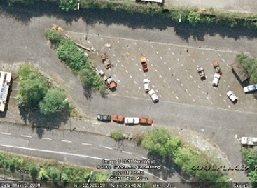 """""""Google Maps"""" užfiksuotas vaizdas: gulintis autobusas ir keista automobilių stovėjimo aikštelė"""