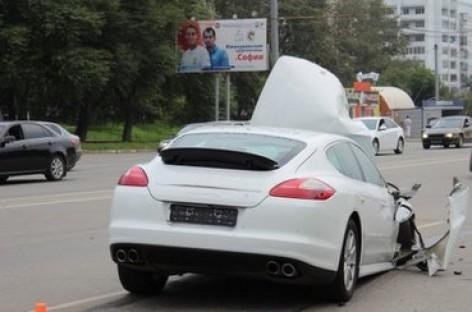 """""""Porsche Panamera"""" apverčia maršrutinį mikroautobusą (video)"""