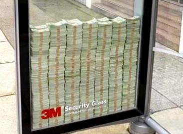Reklama autobusų stotelėje: išdaužk stiklą ir pasiimk tris milijonus