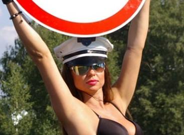 Striptizo šokėjos – prieš greitį viršijančius vairuotojus (video)