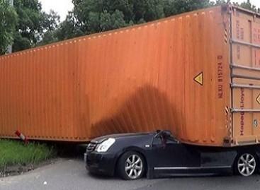 Ar įmanoma likti gyvam, kai ant automobilio užgriūva jūrinis konteineris?