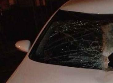 Vairuotojas per stebuklą liko gyvas, kai į priekinį automobilio stiklą atsitrenkė metalinis liuko dangtis