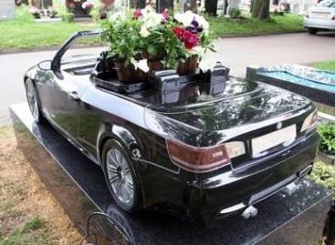 Su mylimomis transporto priemonėmis – net į kapus