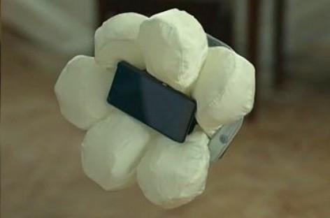 """""""Honda"""" sukūrė oro pagalvę… išmaniajam telefonui"""