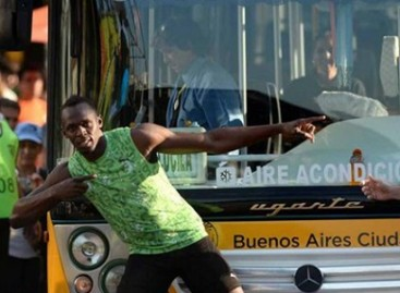 Useinas Boltas aplenkė Argentinos autobusą (video)