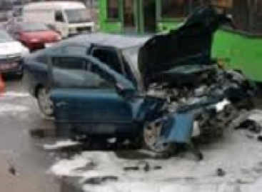 Baltarusis autobuso vairuotojas, pagarsėjęs dešimtimis avarijų, neteko teisės vairuoti (video)