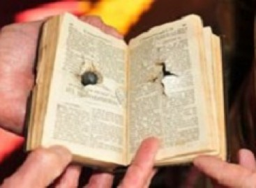 Biblija apsaugojo autobuso vairuotoją nuo kulkų