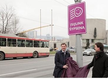 """Vilniuje įrengti kelio stendai """"Įsijunk šypseną"""" ragins vairuoti be pykčio"""
