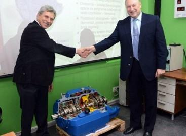 """""""Voith"""" atstovai padovanojo bendrovei """"Vilniaus viešasis transportas"""" pavarų dėžės maketą"""