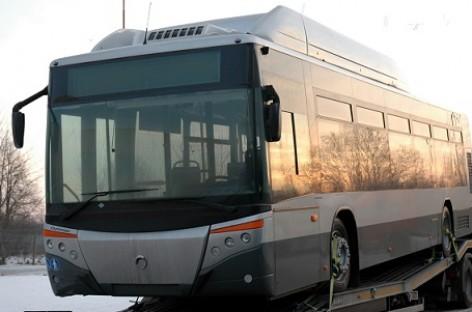 Ispaniški autobusai išvažiuoja į miesto gatves