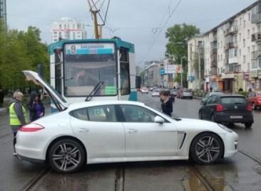 """Nesėkmingas """"Porche"""" apsisukimas ant tramvajaus bėgių"""