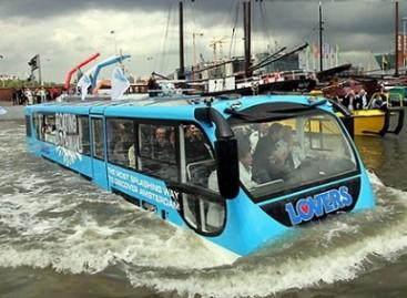 Amsterdame keleivius veža plaukiojantis autobusas