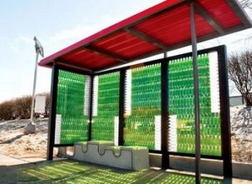 Viešojo transporto stotelė… iš stiklinių butelių