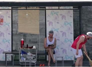 Jaunuoliai vienoje iš Talino autobusų stotelių įsirengė jaukų būstą (video)