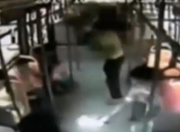 Autobuso salone esančios kameros užfiksavo, kaip keleivės rankose sprogsta išmanusis telefonas (video)