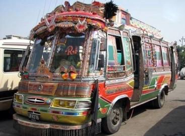 Rankomis išpiešti Pakistano autobusai