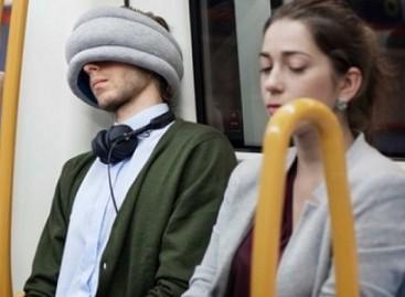 """Britai sukūrė """"pagalvėlę kaukę"""" mėgstantiems pasnausti viešajame transporte"""